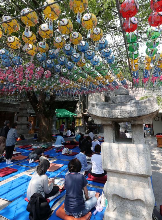2020학년도 수능(11월14일) D-100일 하루 앞둔 5일 서울 강북구 도선사에서 수험생 어머니와 신도들이 기도하고 있다. 강정현 기자