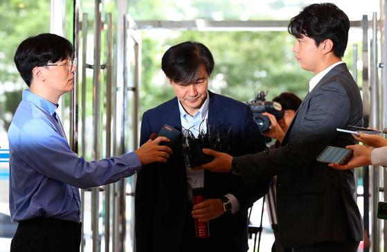 조국 법무부 장관 후보자가 16일 오전 인사청문회 준비 사무실이 있는 서울 종로구의 한 건물로 출근하고 있다. 조 후보자는 이날 재산 관련 질문에 청문회에서 답하겠다고 했다. [연합뉴스]