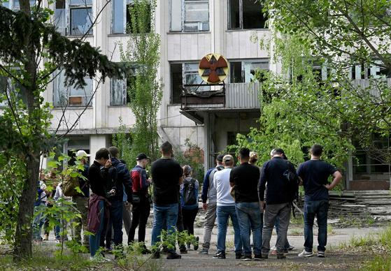 체르노빌을 찾은 관광객들이 금지구역 내 유령도시인 프리아트를 둘러보고 있다. [AFP=연합뉴스]