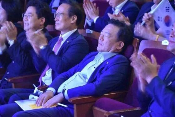 15일 인천문화예술회관에서 열린 광복절 기념행사장서 민경욱 의원이 눈을 감고 자는 듯한 자세를 취하고 있다. [SNS]