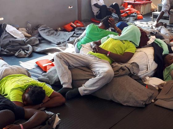 시워치 3호에 타고 있는 난민들. 기진맥진한 모습이다. [EPA=연합뉴스]