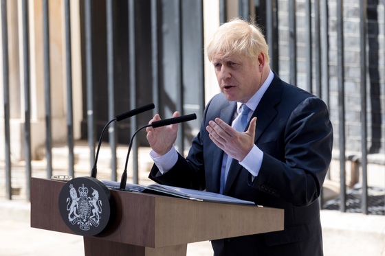 보리스 존슨 영국 총리가 지난 24일 다우닝가 10번지 총리 관저 앞에서 대국민 연설을 하고 있다. [EPA=연합뉴스]