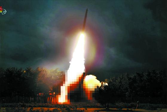 북한이 지난달 31일 김정은 국무위원장의 지도 하에 '신형 대구경조종방사포 시험사격'을 했다고 조선중앙TV가 1일 보도했다. 사진은 이날 중앙TV가 공개한 것으로 발사대(붉은 원)를 모자이크 처리했다. 사거리 200km대로 한국 공군과 미군 기지를 노린 것으로 보인다. [연합뉴스]