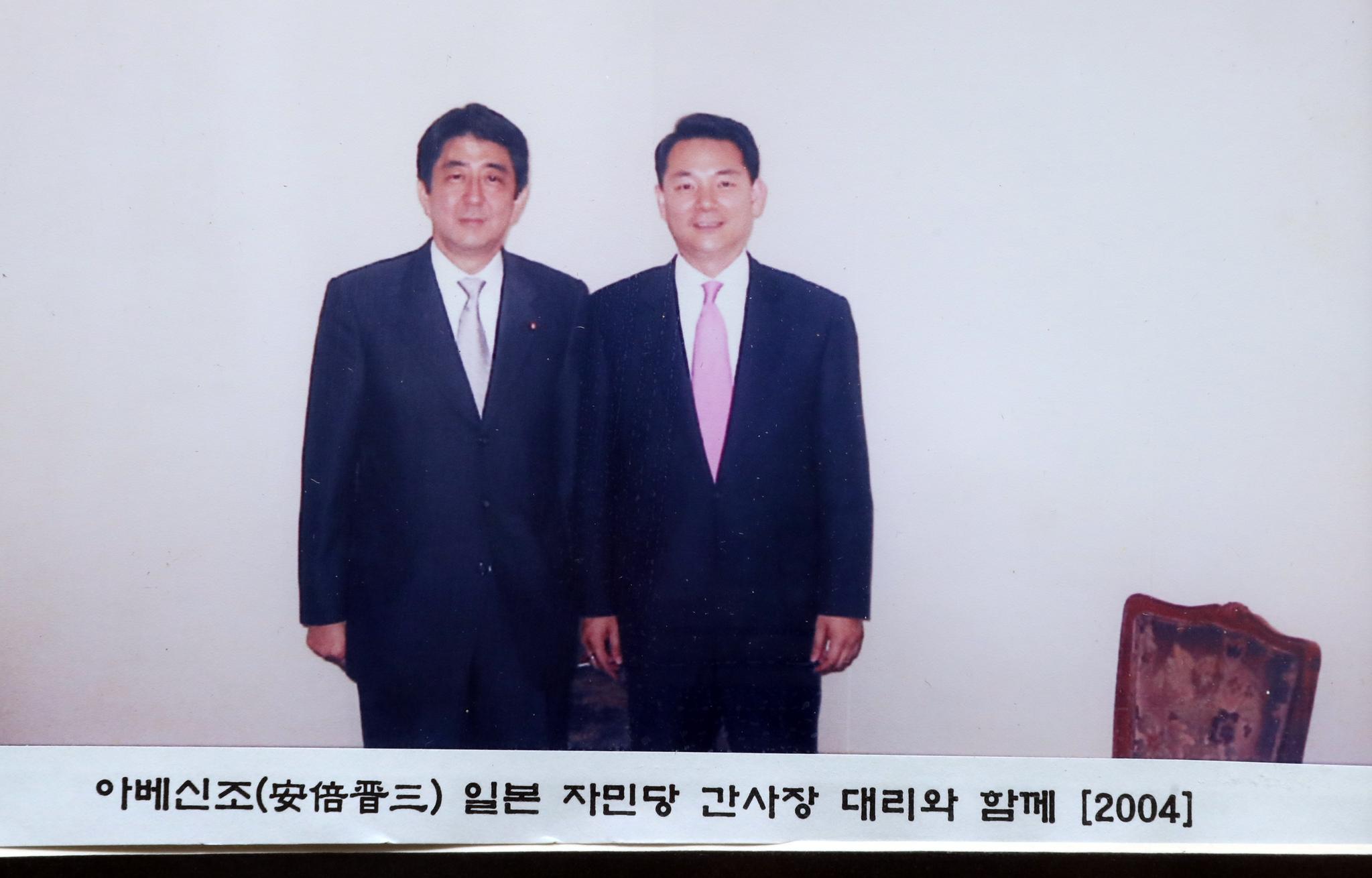 장 전 의원 2004년 도쿄 플라자 호텔에서 아베 신조 당시 자민당 간사장 대리와 단독 면담했다.