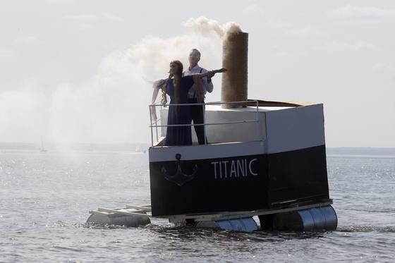 [서소문사진관]손으로 만든 배에 여인을 싣고. 러시아, 핸드메이드 플로팅 크래프트