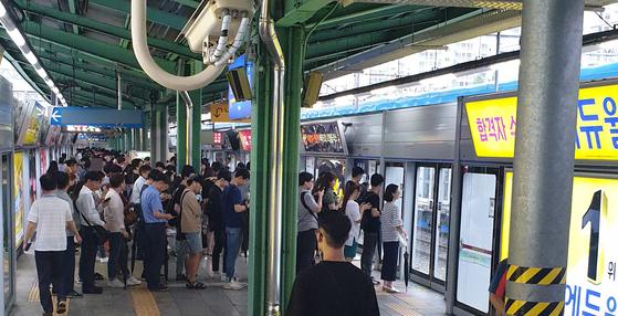 지난 12일 오전 8시 1호선의 한 전철역에서 출근하는 시민들이 열차를 기다리고 있다. 수많은 인파 속에 철도특사경 수사관이 섞여 있다. 이후연 기자