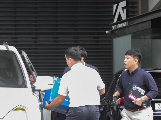17일 오후 서울 마포구 YG엔터테인먼트 압수수색을 마친 경찰이 압수품을 차량에 싣고 있다. [뉴스1]