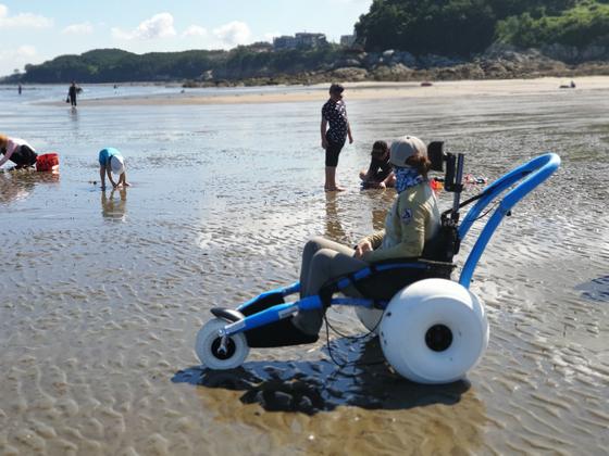 수상 휠체어를 이용해 해변을 탐방하는 모습. [사진 국립공원공단]