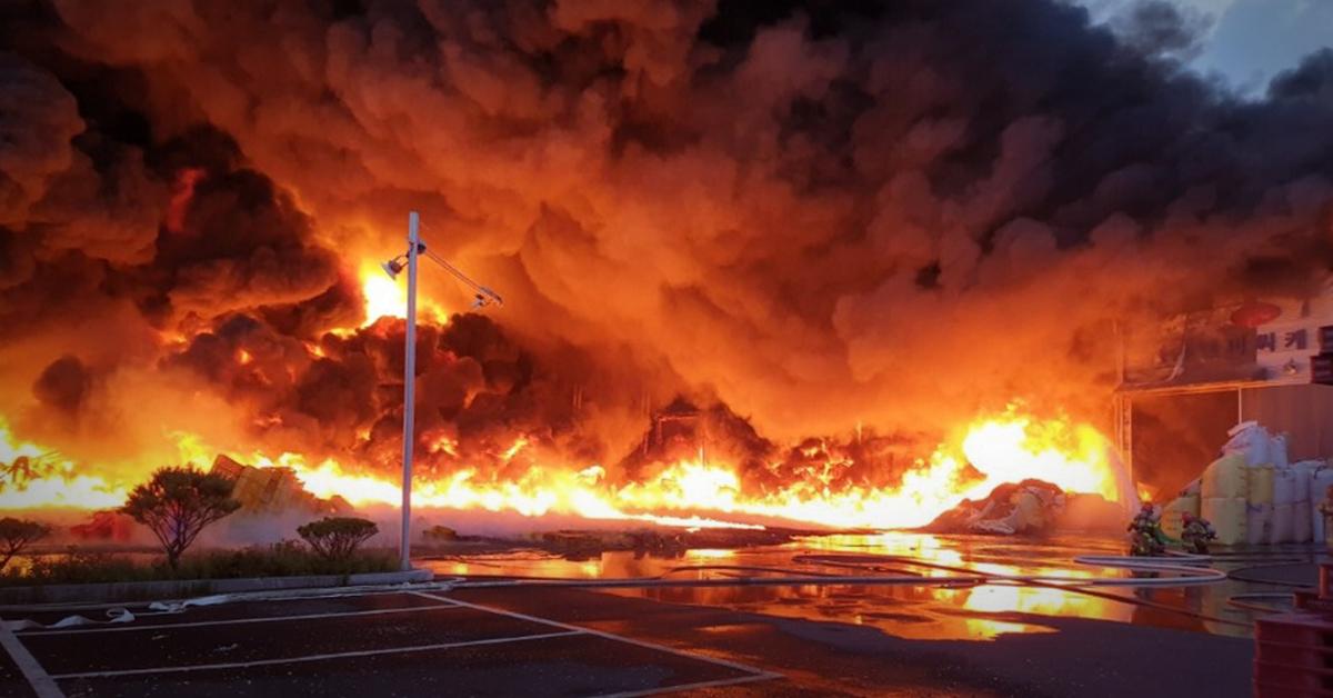 18일 오전 4시40분쯤 경기도 화성시 우정읍 한 비금속원료 재활용업체서 화재가 발생했다. [사진 경기도소방재난본부]