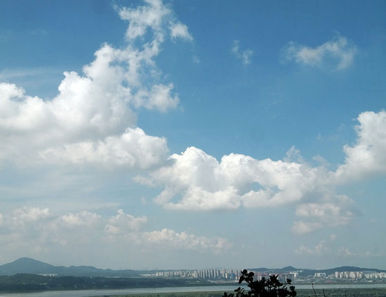 일요일인 18일 오전 고양시에서 바라본 맑은 하늘위로 하얀 구름이 흘러가고 있다. 기상청은 19일 서울 등 일부 지역에는 폭염이 예상된다고 예보했다. [연합뉴스]