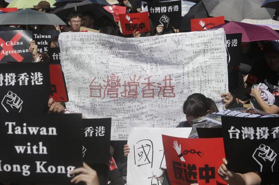 지난달 16일 대만 타이베이의 입법원 밖에서 '대만은 홍콩을 지지한다'는 구호를 든 대만인들이 지지 시위를 벌이고 있다. [AP=연합뉴스]