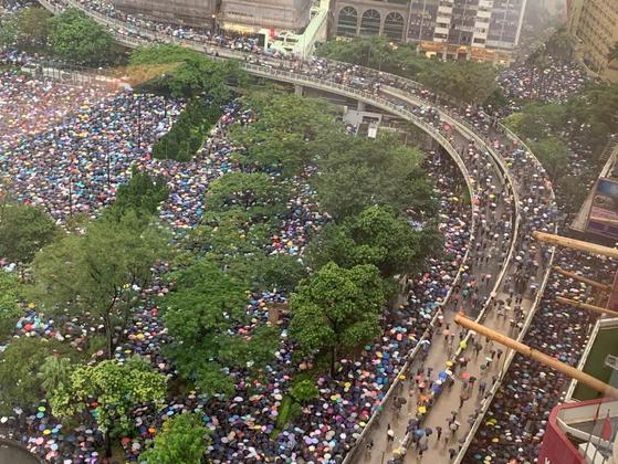 18일 홍콩 빅토리아 파크. 10만 명을 수용할 수 있는 공원과 주변도로가 참가자들 가득 메워졌다. 현지 매체는 이날 오후 집회 참여 인원을 최대 135만 명으로 추산했다. 박성훈 기자