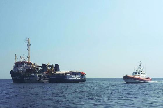 지중해를 항해하는 난민구조선 시워치 3호(왼쪽)을 이탈리아 경비선이 감시하고 있다. [AP=연합뉴스}