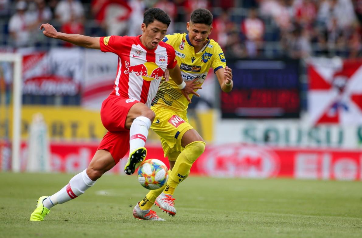 오스트리아 프로축구 잘츠부르크 공격수 황희찬(왼쪽). 저돌적인 플레이를 펼쳐 황소라 불린다. [사진 잘츠부르크 트위터]