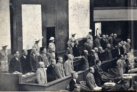 일본 전범을 단죄한 극동국제군사재판의 모습. 7명이 사형을 선고 받고 처형됐다. [위키피디아]
