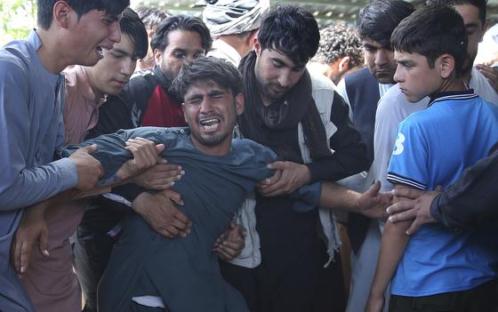 아프가니스탄에서 17일(현지시간) 발생한 자살폭탄 테러 희생자들의 유족이 오열하고 있다. 이날 테러로 최소 63명이 숨졌다. [EPA=연합뉴스]
