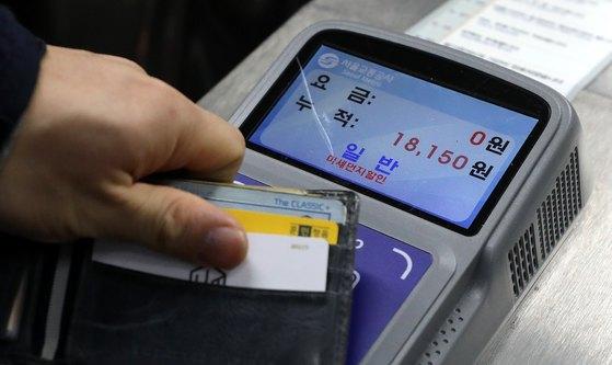 지난1월15일 서울의 한 지하철역에서 승객이 지하철역에서 교통카드를 이용하고 있다. [뉴스1]
