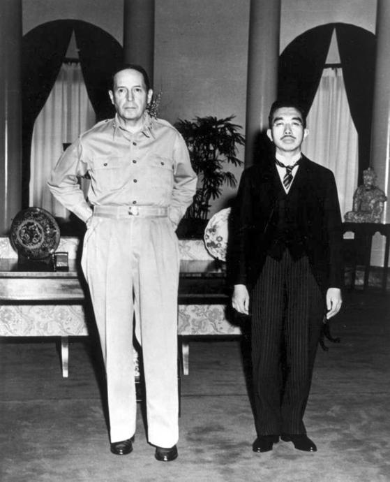 1945년 9월 미군 점령군 사령관인 더글러스 맥아더 장군(왼쪽)이 당시 히로히토 일왕을 만나고 있다. 군국주의자듫이 신적인 존재로 우상화했던 일왕의 평범한 모습에 당시 일본인의 상당수는 충격을 받았다. 점령군의 힘과 맥아더의 카리스마를 보여준 사진으로 평가된다. 맥아더의 카리스마는 6.25전쟁에서 해리 트루먼 대통령의권위와 충돌했다. [중앙포토]