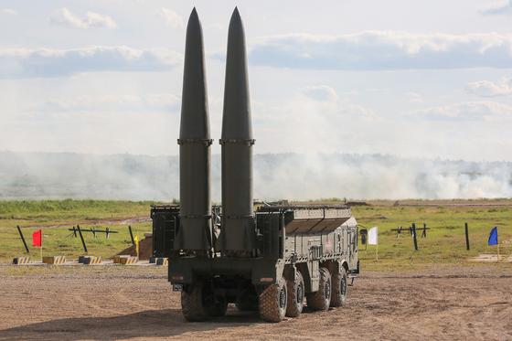 러시아의 이동식 지상 발사 중거리 탄도미사일인 이스칸데르-M의 모습. 재래식 탄두는 물론 핵탄두까지 장착해 500km 이상 비행할 수 있다. 북한이 지난 5월과 7월 동해로 발사한 KN-23 미사일의 원형으로 복잡한 회피 기동으로 요격하기가 쉬지 않다. 한반도 타격용이 아니라면 북한이 이런 미사일에 집착할 이유를 찾기 어렵다. [타스=연합뉴스]