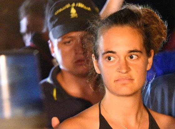 지난달 29일 이탈리아 경찰에 체포되는 카롤라 라케테 선장[로이터=연합뉴스]
