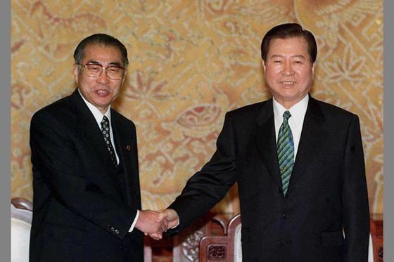 김대중대통령이 1999년 3월20일 방한중인 오부치 게이조 일본 총리와 단독정상회담을 갖기에 앞서 악수하고 있다. [조용철]