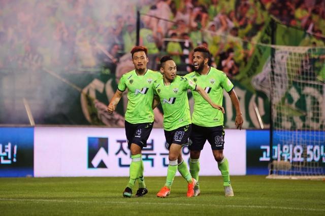전북 현대는 지난 16일 열린 하나원큐 K리그1 2019 26라운드 울산 현대와 경기에서 3-0 완승을 거두며 리그 1위를 탈환했다. 한국프로축구연맹