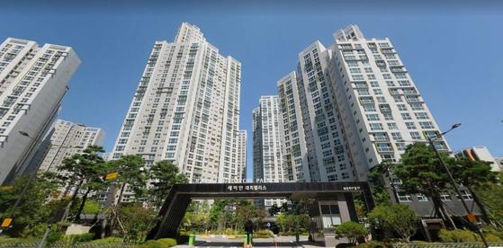 오는 10월께 투기과열지구에 분양가 상한제 도입을 앞두고 서울 내 신축 아파트값은 오르고, 재건축 아파트값은 떨어지고 있다. 최근 호가가 급등한 대치동 래미안대치팰리스의 모습. [중앙포토 ]