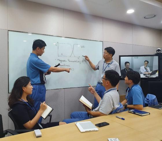 포스코 내 '아이폰X' TF팀이 서울 사무소와 포항 기술연구원에서 화상회의를 하고 있다. [사진 포스코]
