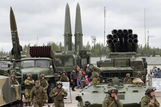 러시아 상트페테르부르크 외곽에서 전시한 OTR-21 토치카 단거리 미사일, BM-21 그라드 다연장로켓포, 9M720 이스칸데르-M 중거리 미사일, BM-30 스메르치 다연장로켓포.(왼쪽부터) 토치카와 이스칸데르-M은 핵탄두를 장착할 수 있다. 북한이 지난달부터 쏘아온 발사체는 이스칸데르-M과 스메르치의 사거리를 늘린 개량형으로 보인다. [EPA=연합뉴스]