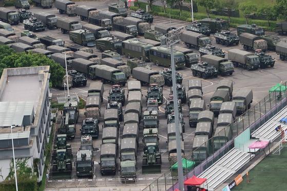 17 일 중국 홍콩과의 중국 국경 근처 선전 베이 스포츠 센터에 중국군 산하 무장경찰(PAP)의 장갑차, 최루액 살포차 등 시위 진압용 차량이 주차되어 있다. [로이터=연합뉴스]