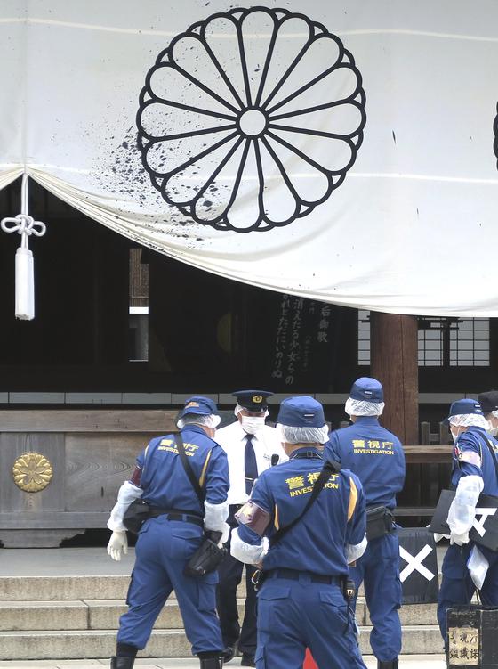 일본 경시청 소속 경찰관들이 19일 오후 야스쿠니신사 배전 앞에서 현장 조사를 벌이고 있다. [연합뉴스]