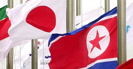 북한 인공기(오른쪽)가 일본 국기와 나란히 게양돼 있다. [중앙포토]
