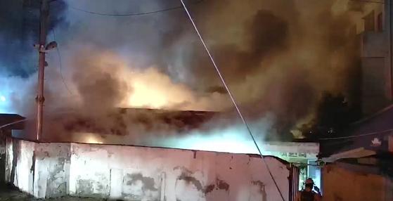 19일 오전 4시쯤 전북 전주시 서노송동의 한 여인숙에서 불이 나 소방 당국이 진화 작업을 하고 있다. 이 불로 투숙객 등 3명이 숨진 채 발견됐다. [연합뉴스]