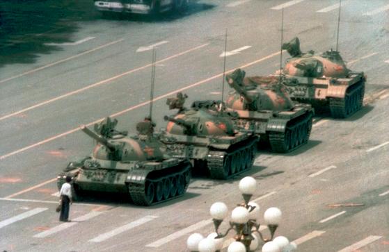 1989년 6월 천안문 사태 당시 시위를 진압하기 위해 출동한 중국군의 탱크를 한 청년이 막아서고 있다.[AP=연합뉴스]