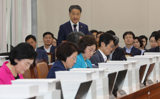 박능후 보건복지부 장관이 19일 오전 열린 국회 보건복지위 전체회의에서 2018회계연도 결산보고를 하고 있다. [연합뉴스]