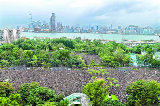 범죄인 인도 법안에 반대하는 홍콩 시민들의 시위가 11주째 이어지고 있다. 18일 오후 빅토리아 공원에서 열린 집회에서 홍콩 경찰이 시가행진을 불허한 가운데 시민들이 집결해 있다. 집회를 마친 참가자들은 폭우 속에 거리행진을 시작했다. 주최 측인 민간인권진선은 이날 5대 요구사항(송환법 철폐, 시위대 '폭도' 명명 철회, 체포자 석방, 독립적 조사기구 설립, 보통선거 실시)을 홍콩 정부가 받아들일 것을 촉구했다. [AFP=연합뉴스]