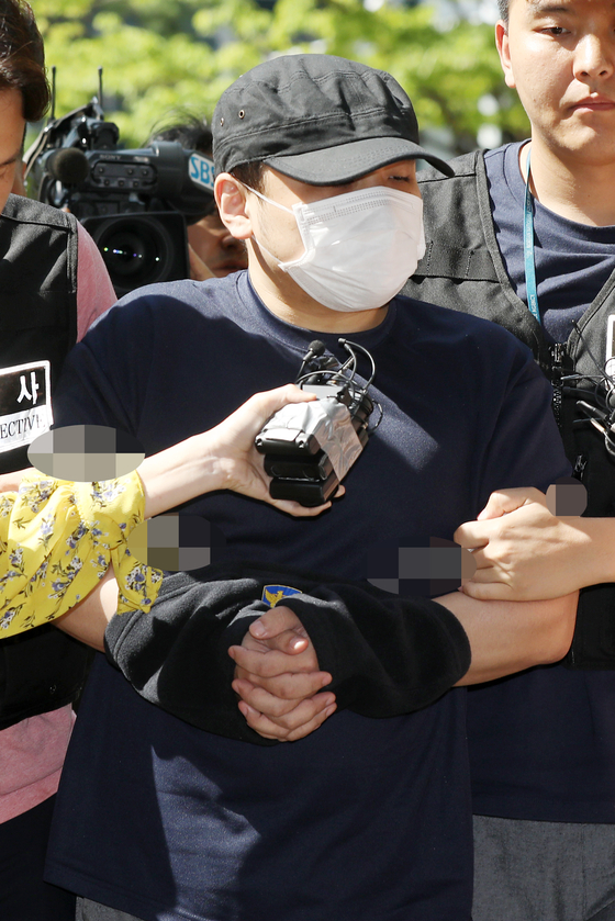 '한강 몸통 시신' 사건의 피의자가 18일 오후 의정부지방법원 고양지원에서 열린 영장실질심사에 출석하고 있다. [뉴스1]