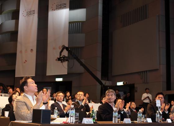 최태원 SK회장(왼쪽)이 19 일 오전 서울 광장동 워커힐 호텔에서 열린 2019 이천포럼 개막식에 참석해 소개 영상을 보고 있다. [사진 SK]