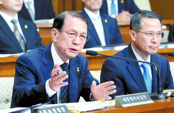 2014년 7월 당시 김기춘 대통령 비서실장이 국회 세월호 국정조사특위에서 의원들의 질문에 답변하고 있다. [중앙포토]