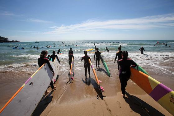 서핑, SUP 등의 수상 레저를 즐길 수 있는 부산 송정해수욕장.[사진=한국관광공사]