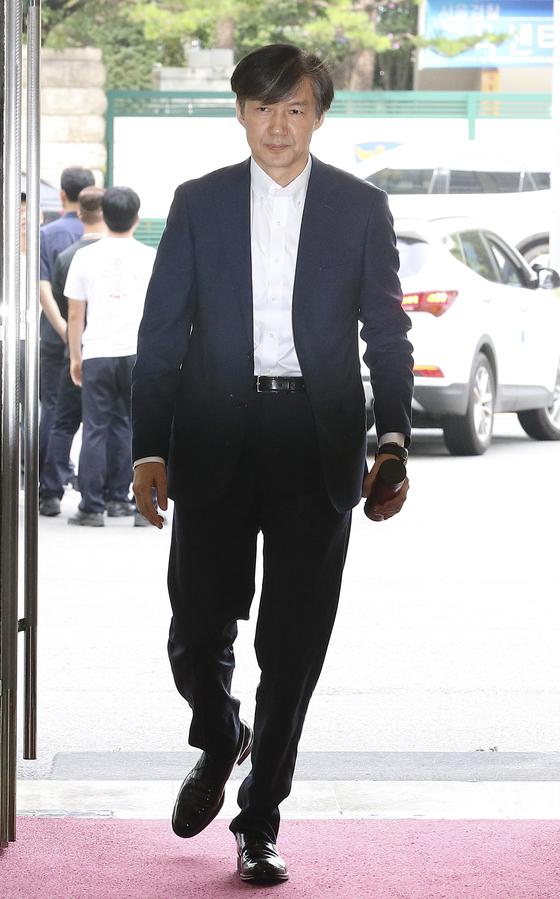 조국 법무부장관 후보자가 19일 오전 서울 종로구 적선동 현대적선빌딩 청문회 준비 사무실로 출근하고 있다.  임현동 기자