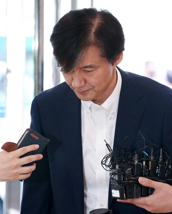 조국 법무부 장관 후보자가 19일 오전 국회 인사청문회 준비를 위해 서울 종로구 적선현대빌딩에 마련된 사무실로 출근하고 있다. [뉴스1]