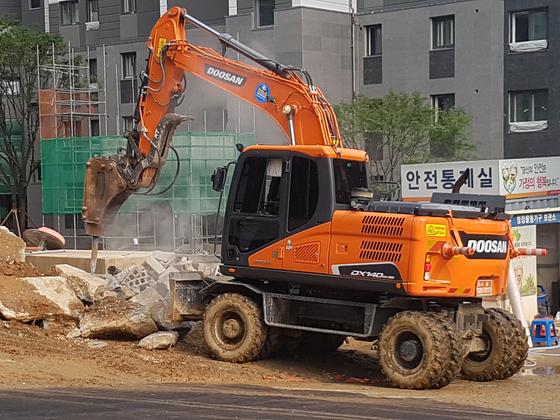 지난달 18일 서울 영등포구 신길동의 한 아파트 공사 현장. 콘크리트 덩어리를 깨는 작업이 한창이다. 공사장에서 불과 80m 떨어진 곳에 사는 아파트 주민들은 공사로 인한 소음을 호소한다. 강찬수 기자