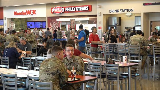 미군 장병은 부대에 입점한 치킨ㆍ타코ㆍ피자 등 외식 매장에서 각자 원하는 음식을 구매한 뒤 둘러 앉아 자유롭게 식사했다. 영상캡처=강대석 기자