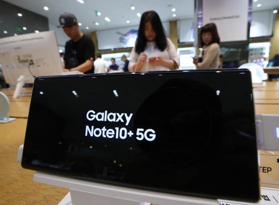 8일 오후 서울 서초구 삼성 딜라이트샵에서 시민들이 갤럭시 노트 10과 10+를 살펴보고 있다.[뉴스1]