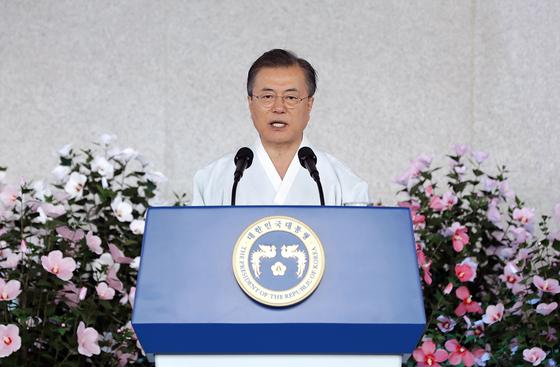 """문재인 대통령은 광복절 경축사에서 일본을 향해 """"대화와 협력의 길로 나오면 기꺼이 손을 잡을 것""""이라고 말했다. 문 대통령의 이런 발언은 예상을 뛰어 넘는 '유화 발언'으로 평가됐다. [사진 청와대]"""