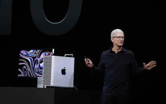 지난 6월 새로운 맥북 프로 노트북을 소개하고 있는 팀 쿡 애플 CEO[AP=연합뉴스]