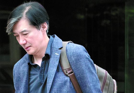 조국 법무장관 후보자가 18일 오전 서울 방배동 자택을 나서고 있다. [연합뉴스]