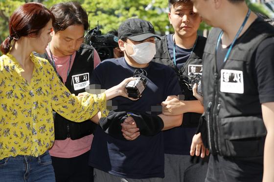 '한강 몸통 시신' 사건의 피의자 A씨가 18일 오후 경기 의정부지방법원 고양지원에서 열린 영장실질심사에 출석하고 있다. [뉴스1]