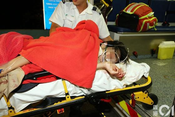 20일 새벽 홍콩 신계지구 보행자 터널 안에서 흉기에 찔린 홍콩 여성(26)이 구급차에 긴급 이송되고 있다 [홍콩01 캡쳐]